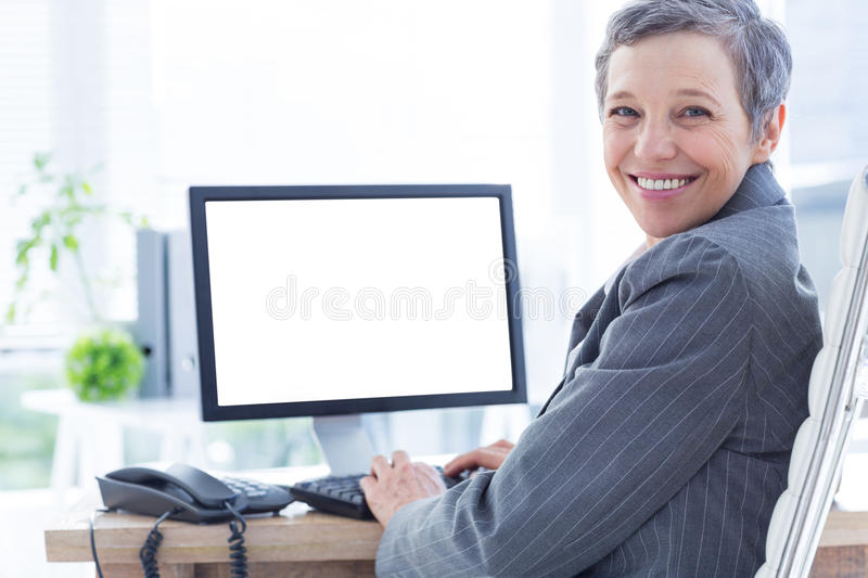 Download Femme D'affaires De Sourire à L'aide De L'ordinateur Image stock - Image du cahier, corporate: 56481753