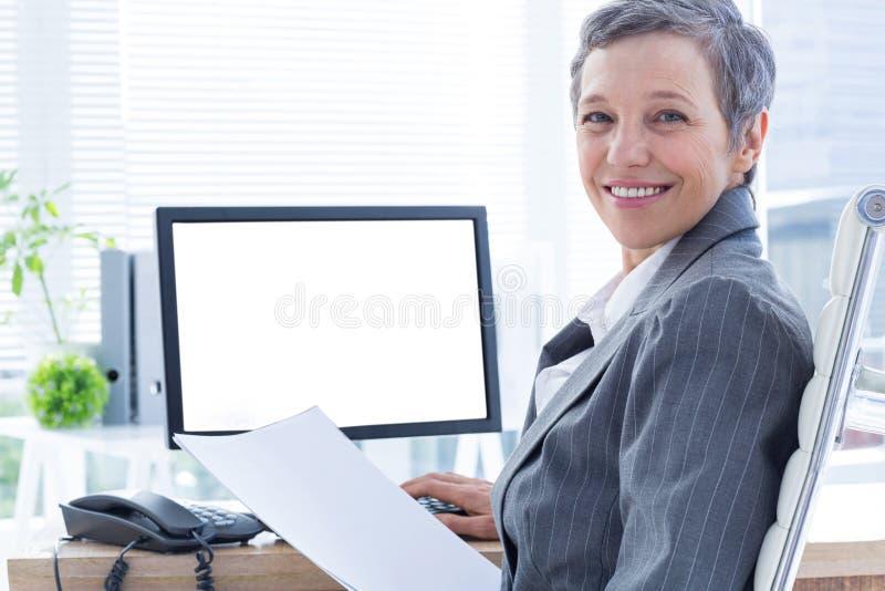 Download Femme D'affaires De Sourire à L'aide De L'ordinateur Image stock - Image du femme, sourire: 56482835