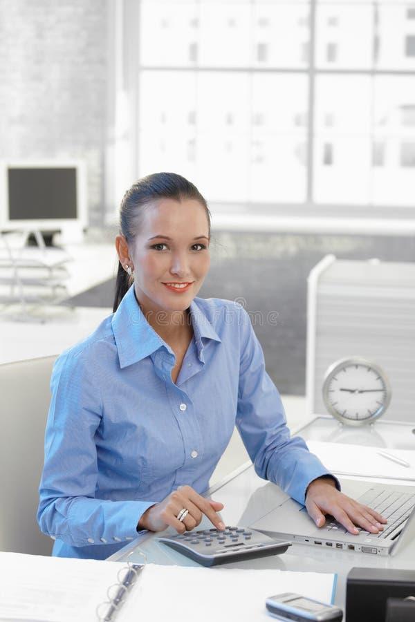 Femme d'affaires de sourire au travail photos stock