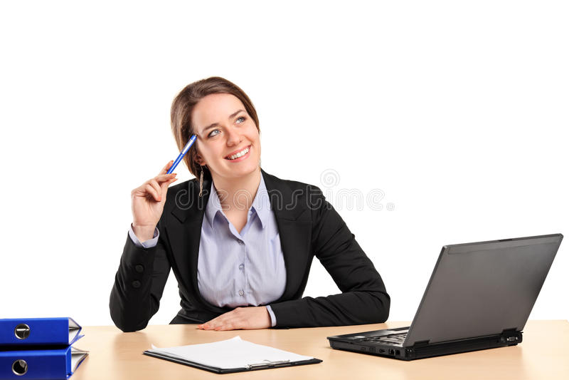 Femme d'affaires de sourire dans la pose de pensée photo stock