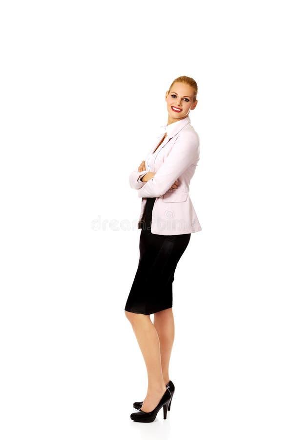 Femme d'affaires de sourire de jeunes avec des bras de bâche photographie stock
