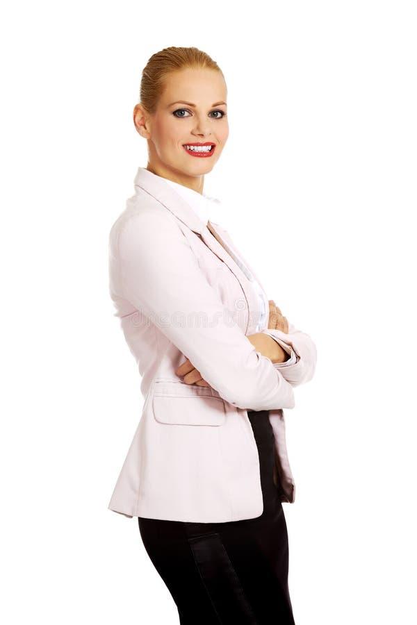 Femme d'affaires de sourire de jeunes avec des bras de bâche photos libres de droits