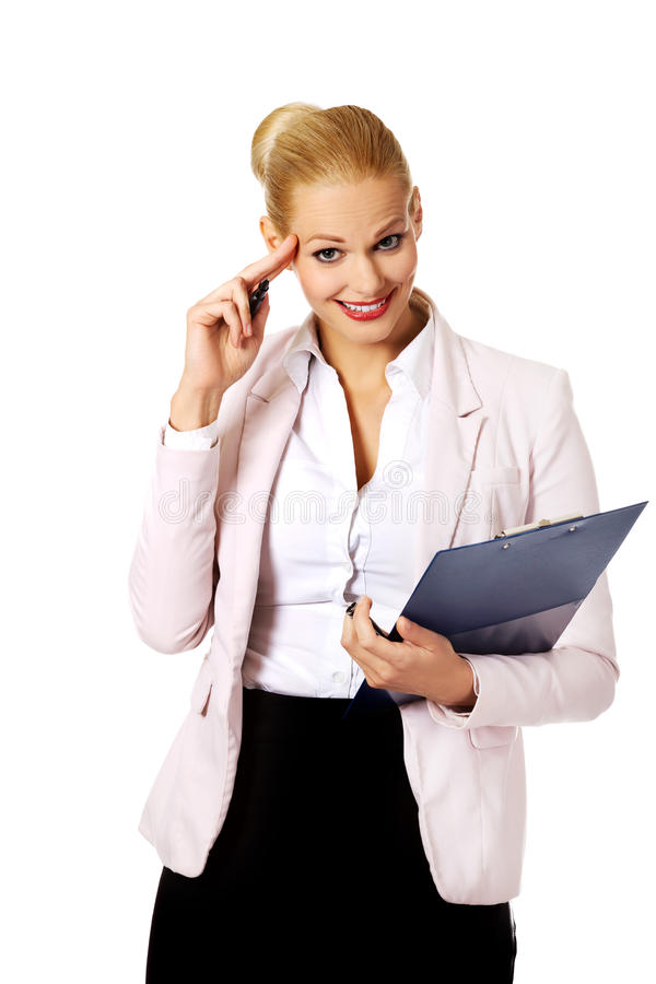 Femme d'affaires de sourire de jeunes faisant des notes photo stock