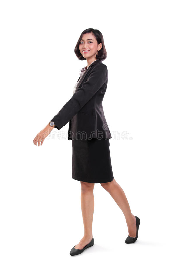Femme d'affaires de sourire de marche, plein corps photo stock
