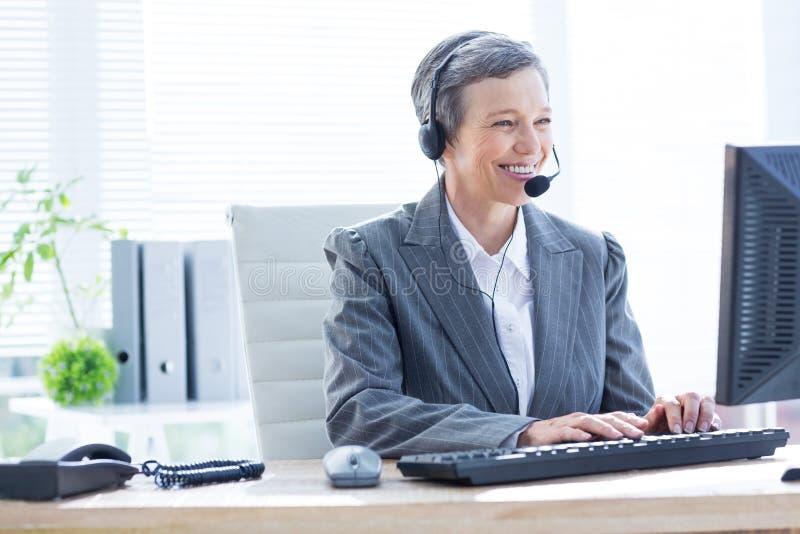 Download Femme D'affaires De Sourire Employant L'ordinateur Et Téléphoner Image stock - Image du affaires, indoors: 56482709