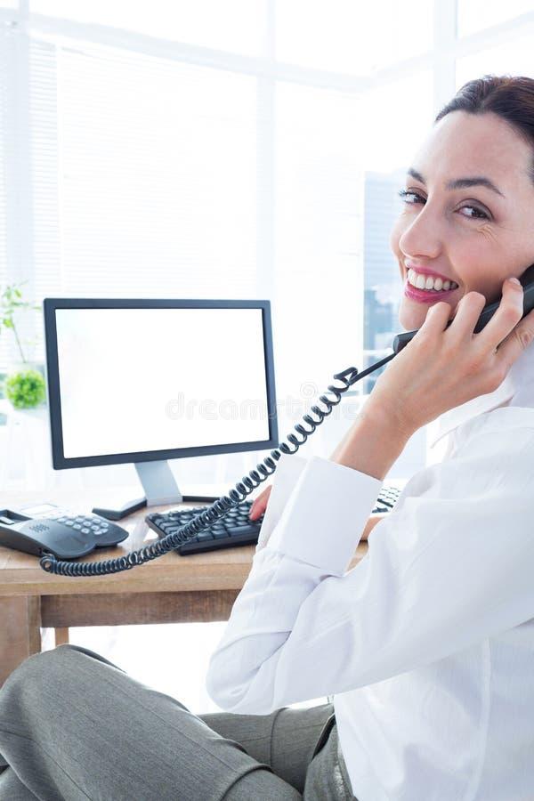 Download Femme D'affaires De Sourire Employant L'ordinateur Et Téléphoner Photo stock - Image du indoors, adulte: 56482816