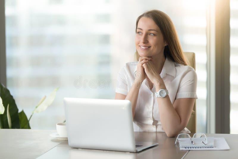 Femme d'affaires de sourire méditative rêvant du futur succès à W photo libre de droits