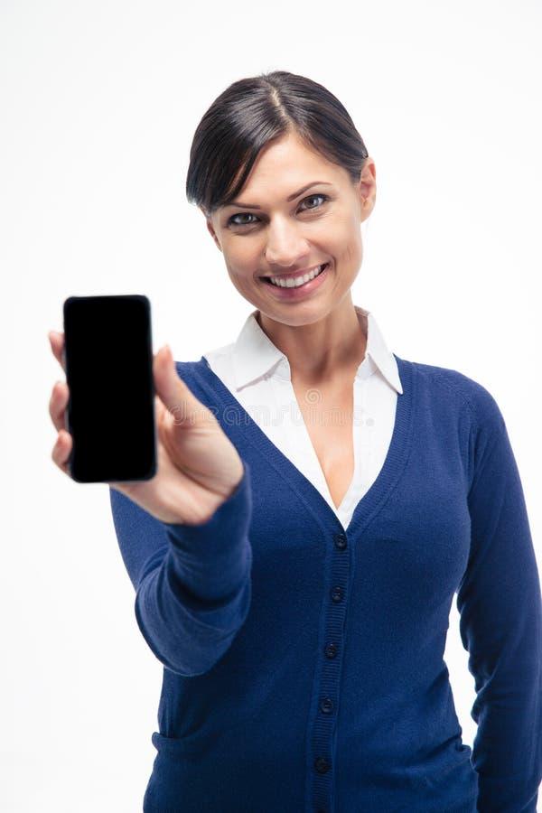 Femme d'affaires de sourire montrant l'écran de smartphone photographie stock libre de droits