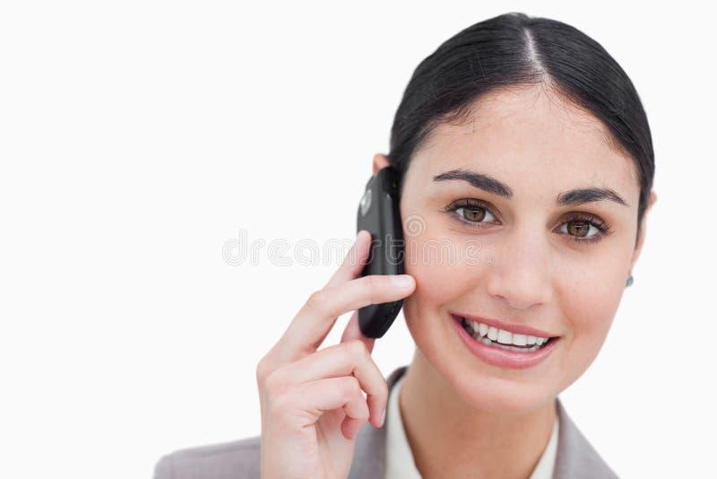 Femme d'affaires de sourire parlant sur le portable photos stock