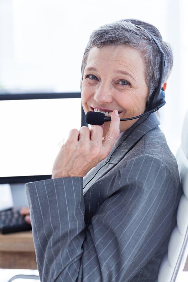 Download Femme D'affaires De Sourire Téléphonant Et à L'aide De L'ordinateur Photo stock - Image du appareil, appeler: 56482954