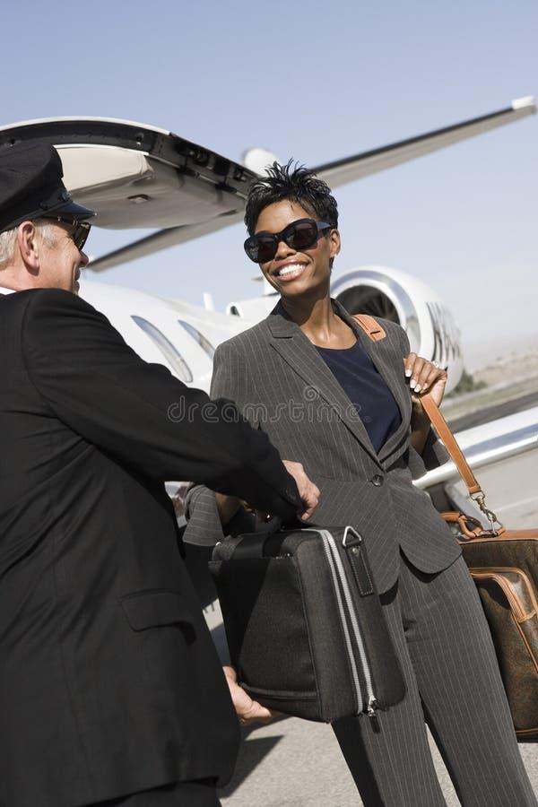 Femme d'affaires de Taking Briefcase From de conducteur à l'aérodrome photos libres de droits