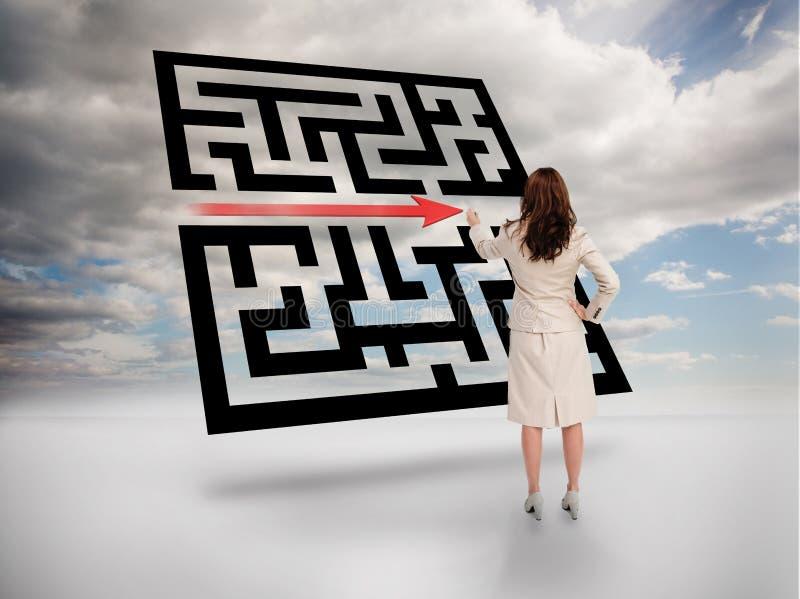 Femme d'affaires dessinant la flèche rouge par le code de qr photo stock