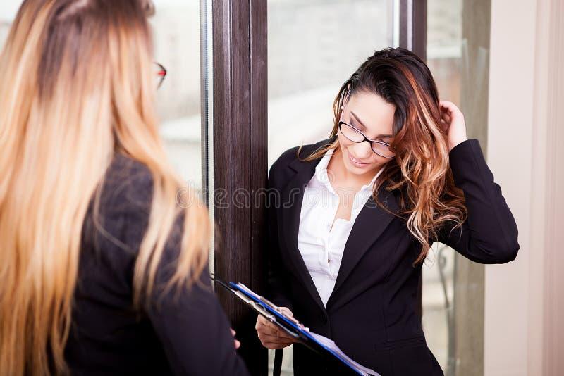 Femme d'affaires deux parlant entre eux photographie stock