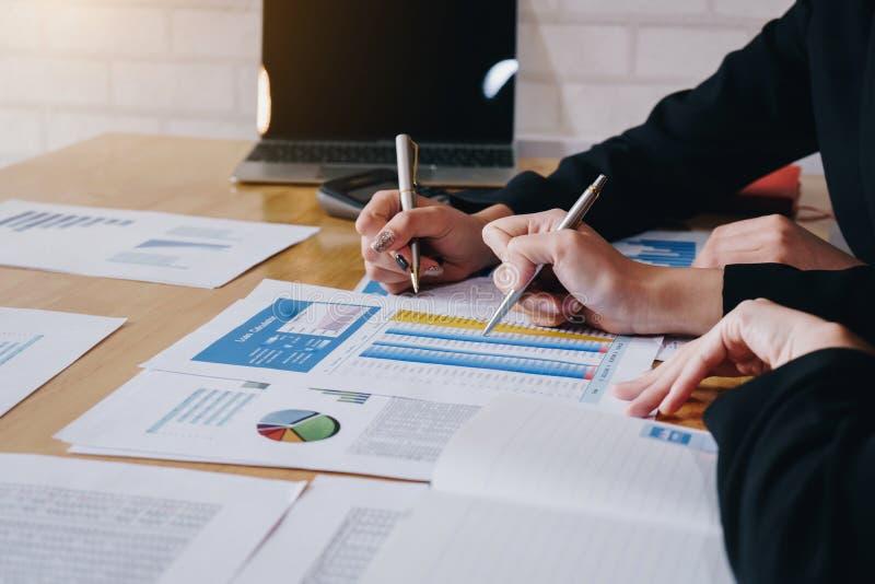 Femme d'affaires dirigeant le stylo sur le document d'entreprise au lieu de r?union Diagrammes et graphiques de donn?es de discus image stock