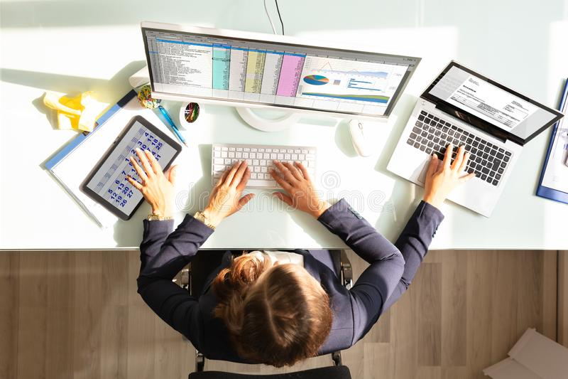 Femme d'affaires Doing Multitasking Work dans le bureau photo libre de droits