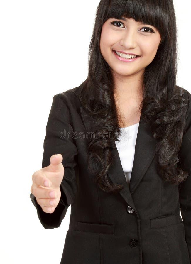 Femme d'affaires donnant la main pour la prise de contact photos stock