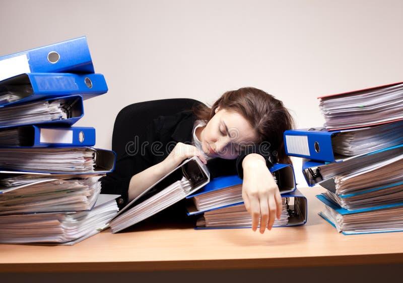 Femme d'affaires dormant au bureau photo stock