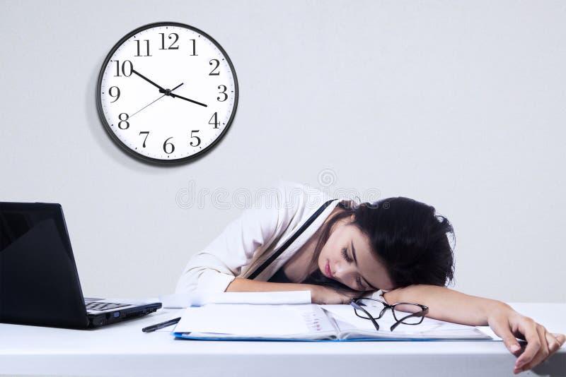 Femme d'affaires dormant avec l'ordinateur portable image stock