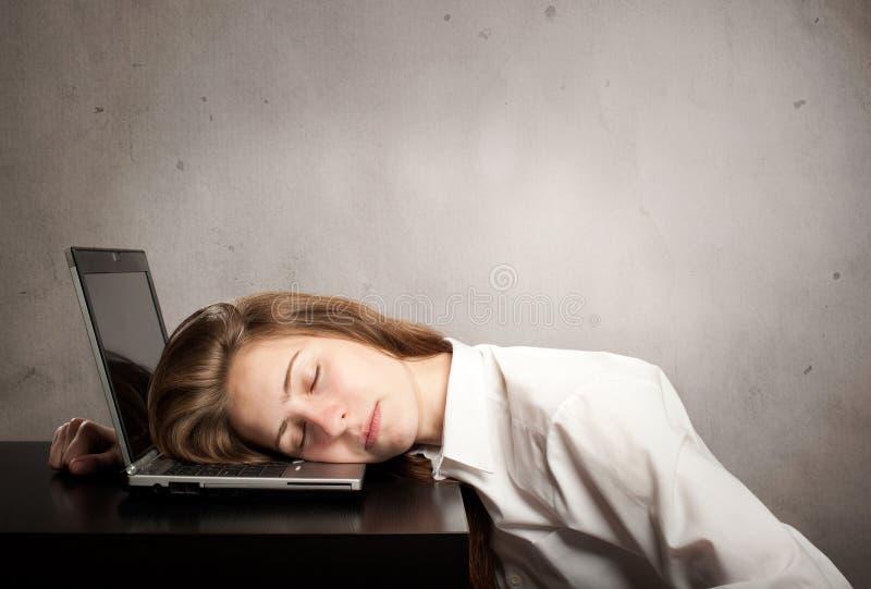 Femme d'affaires dormant sur l'ordinateur portable images libres de droits