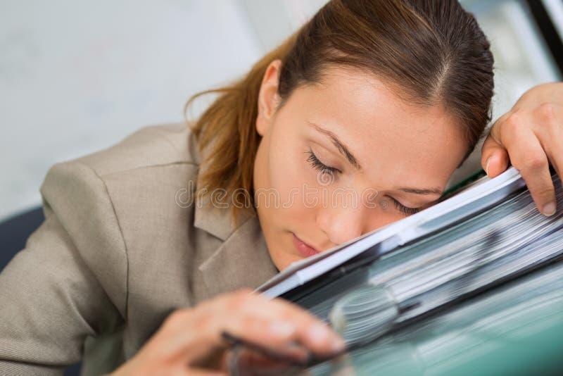 Femme d'affaires dormant sur le bureau photo libre de droits