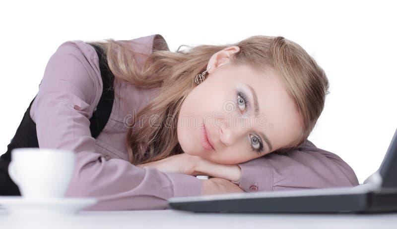 Femme d'affaires dormant sur le clavier d'ordinateur portable après travail image libre de droits