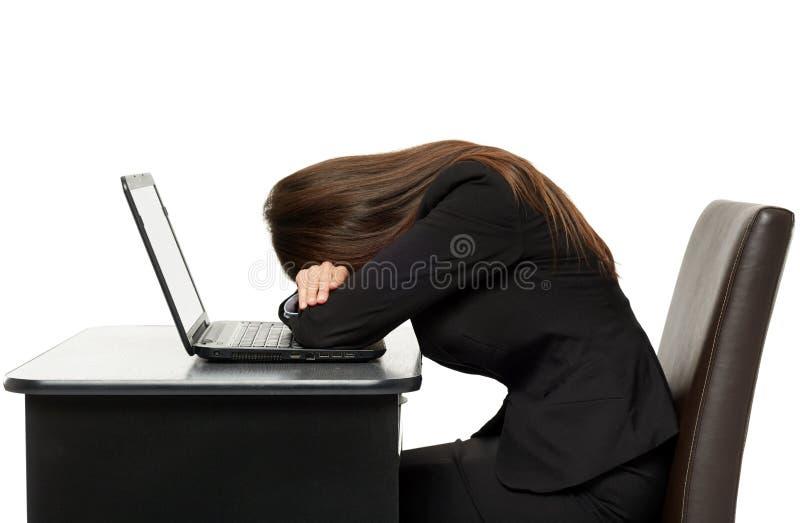 Femme d'affaires dormant sur son ordinateur portable images stock