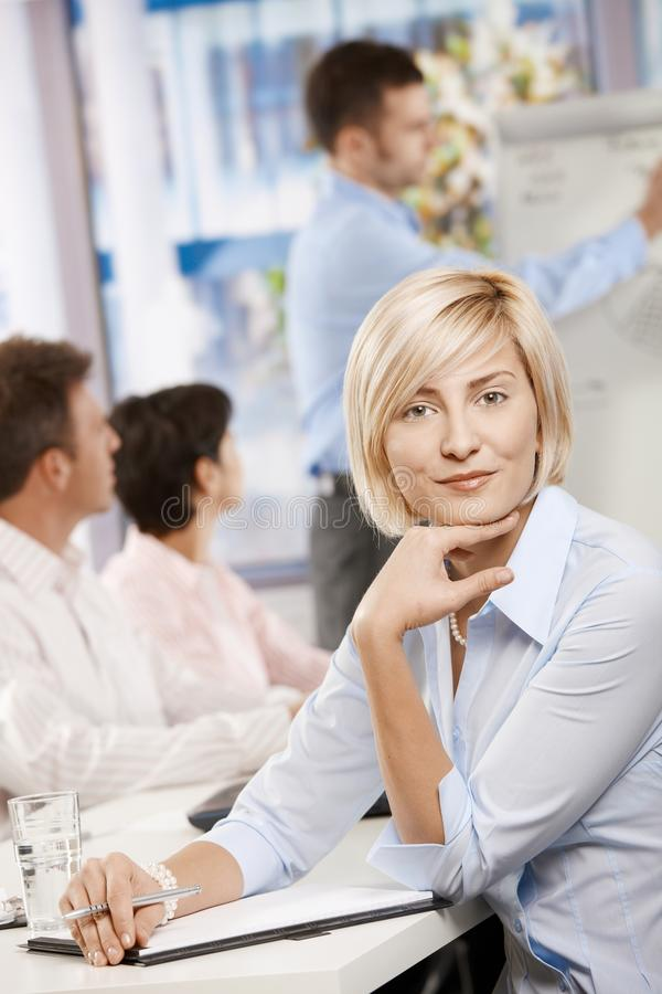 Femme d'affaires effectuant des notes sur le contact photos libres de droits