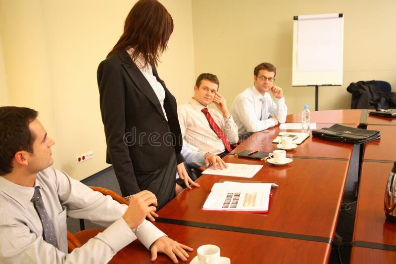 Femme d'affaires effectuant la présentation photo libre de droits