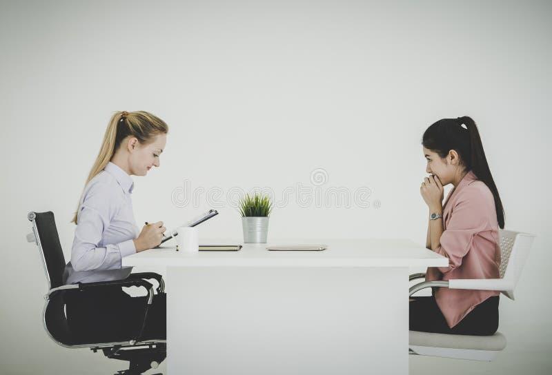 Femme d'affaires effrayée parlant sérieusement dans une entrevue d'emploi dans un bureau photo stock