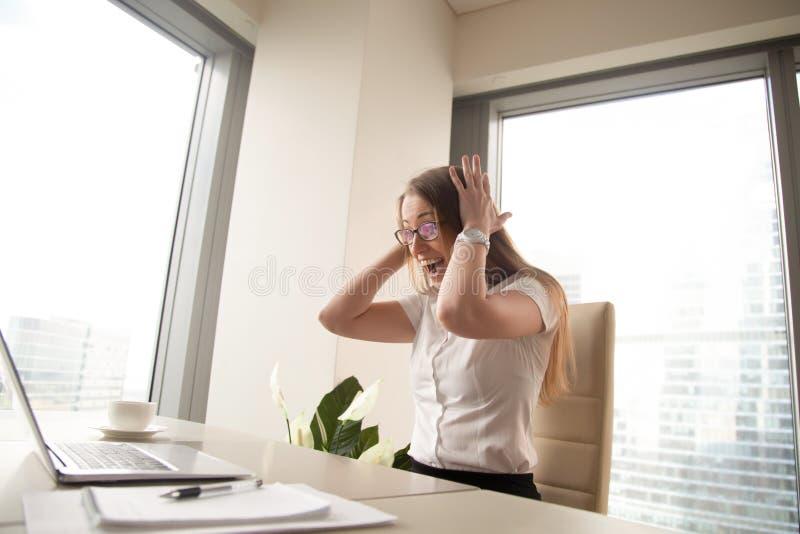 Femme d'affaires enthousiaste célébrant des cris de victoire de la joie regardant a image stock