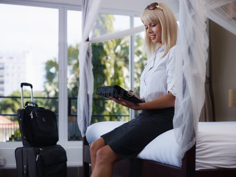 Femme d'affaires envoyant l'email sur l'ordinateur de garniture de contact photo stock