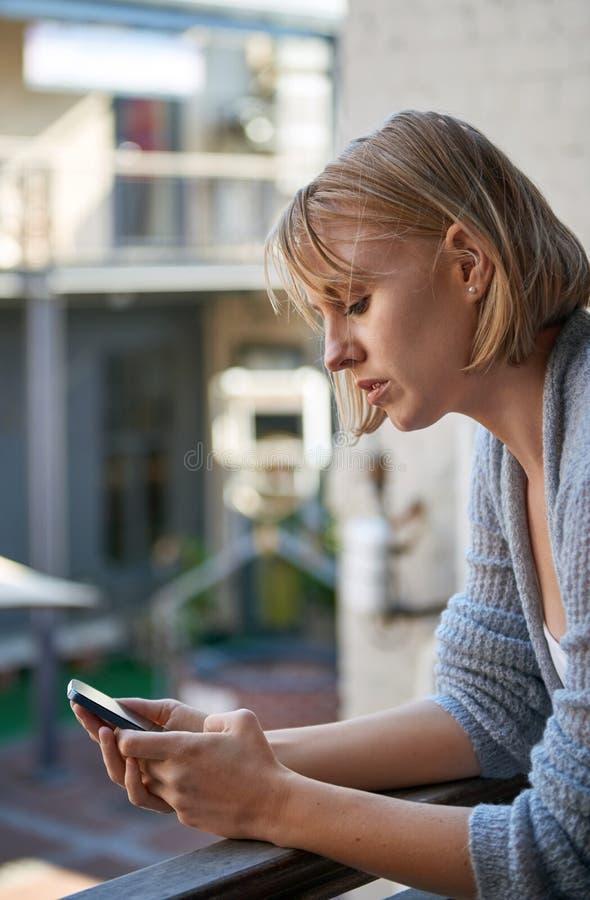Femme d'affaires envoyant le téléphone des textes image libre de droits