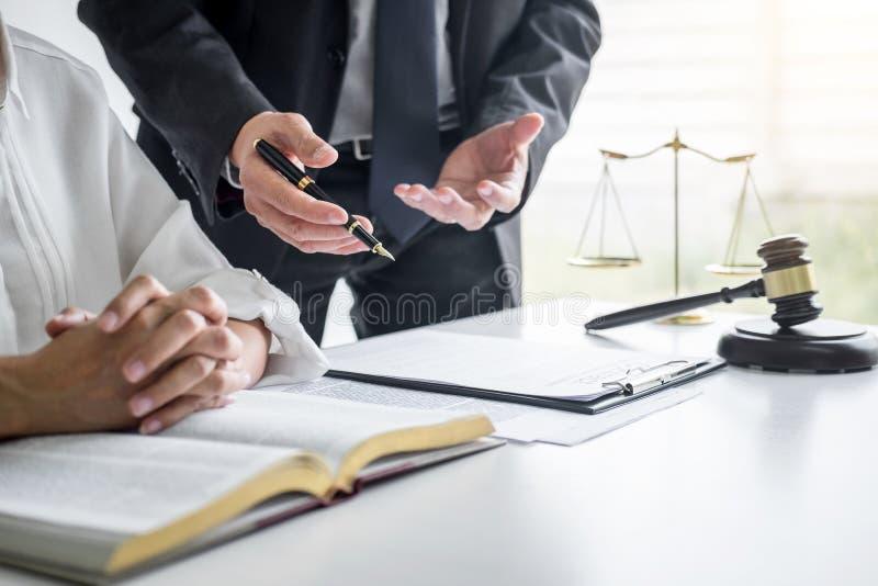 Femme d'affaires et avocat ou juge consulter et conf?rence masculins ayant la r?union d'?quipe avec le client au cabinet d'avocat image libre de droits