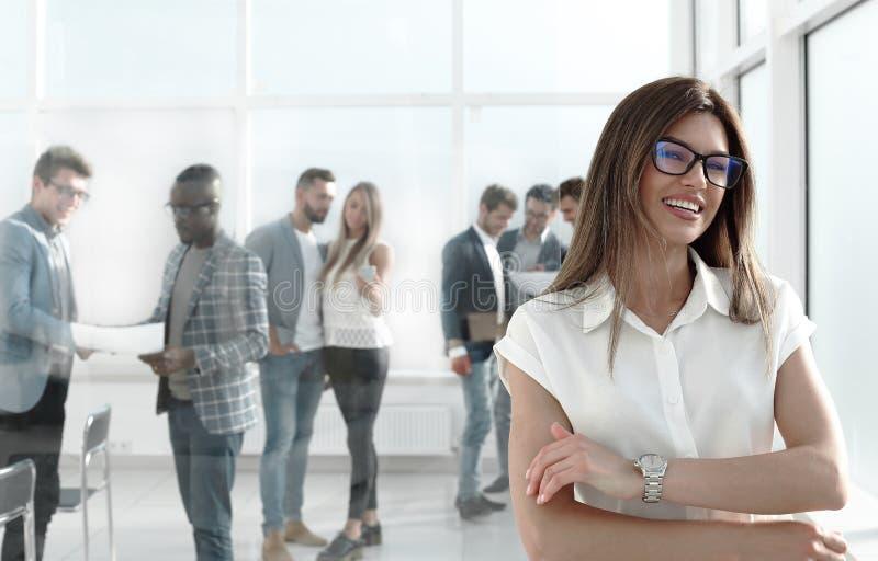 Femme d'affaires et un groupe d'employés se tenant dans le bureau photos libres de droits