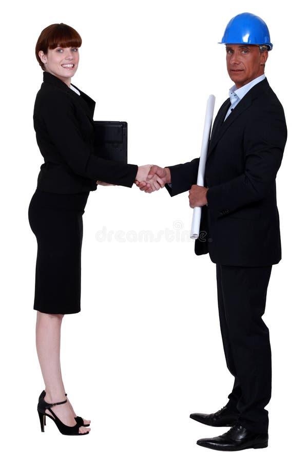 Femme d'affaires et vrai agent immobilier images stock