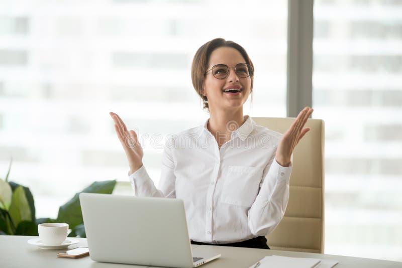 Femme d'affaires excitée soulevant des mains stupéfaites ou heureuses avec grand n photographie stock libre de droits