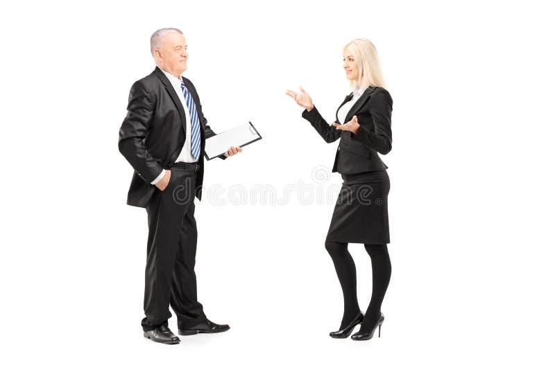 Femme d'affaires expliquant une idée à son patron image stock