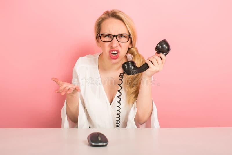 Femme d'affaires fâchée avec le téléphone de vintage photos stock