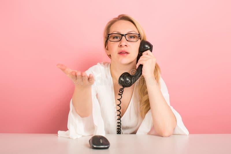 Femme d'affaires fâchée avec le téléphone de vintage image libre de droits