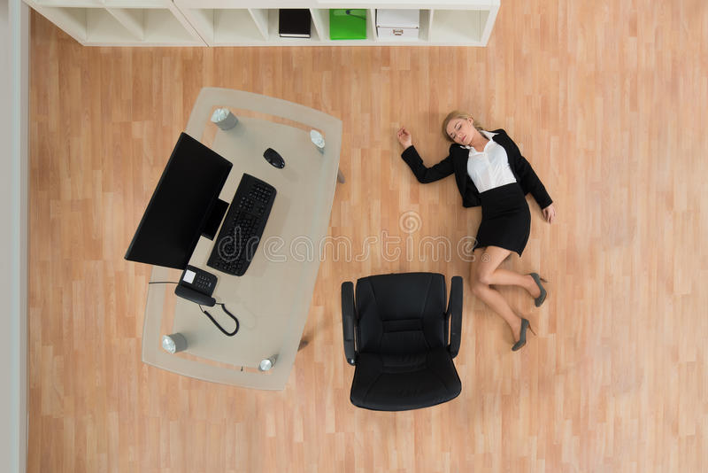 Femme d'affaires Fainted In Office photo stock