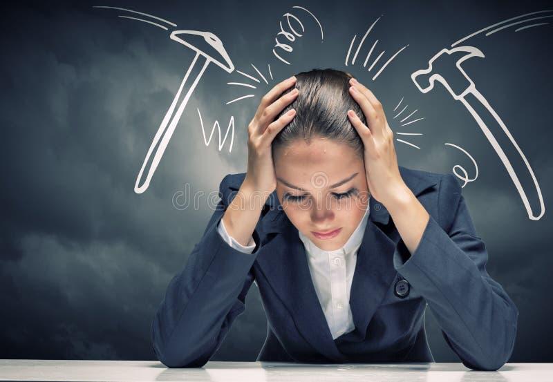Femme d'affaires faisant face à des problèmes images stock