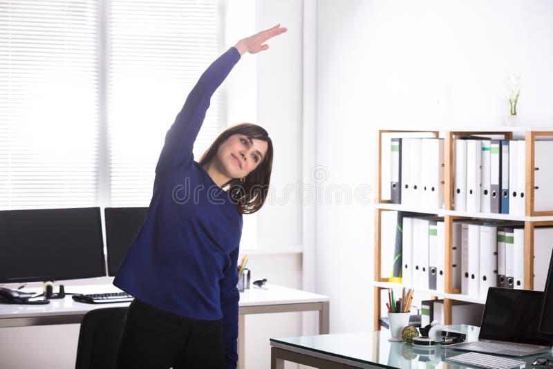 Femme d'affaires faisant l'exercice images stock