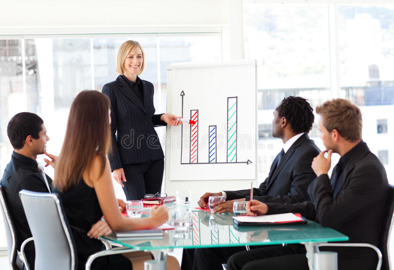 Femme d'affaires faisant rapport aux ventes dans une conférence photos stock