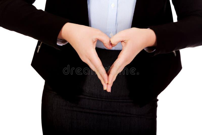 Femme d'affaires faisant une forme de coeur avec ses mains images libres de droits