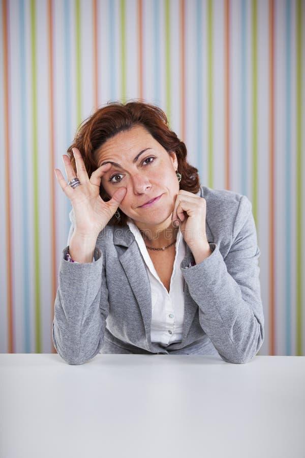 Femme d'affaires fatiguée dans le bureau images libres de droits