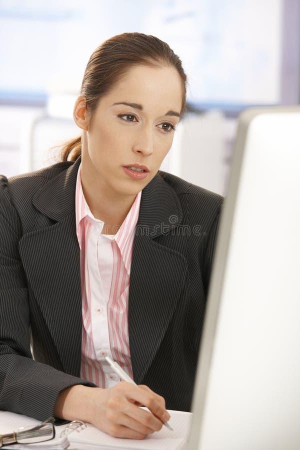 Femme d'affaires fatiguée au travail photographie stock