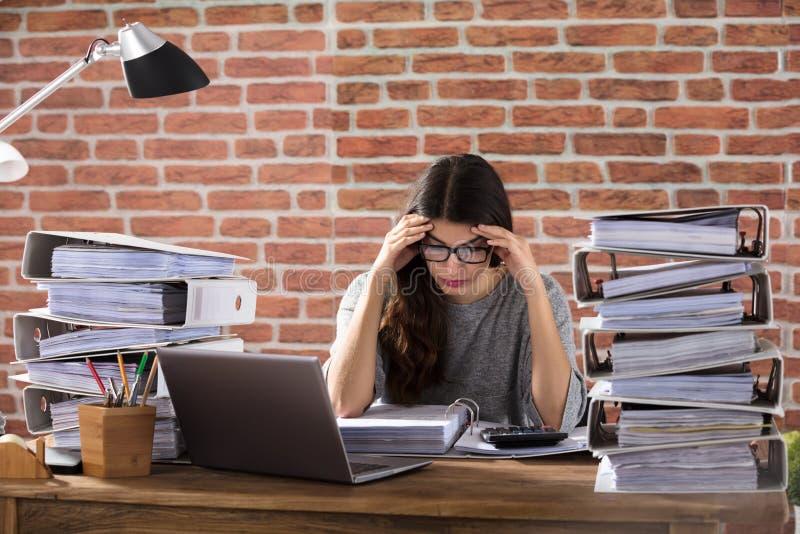 Femme d'affaires fatiguée Working At Office photos libres de droits