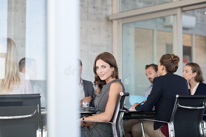 Femme d'affaires fière lors de la réunion photographie stock