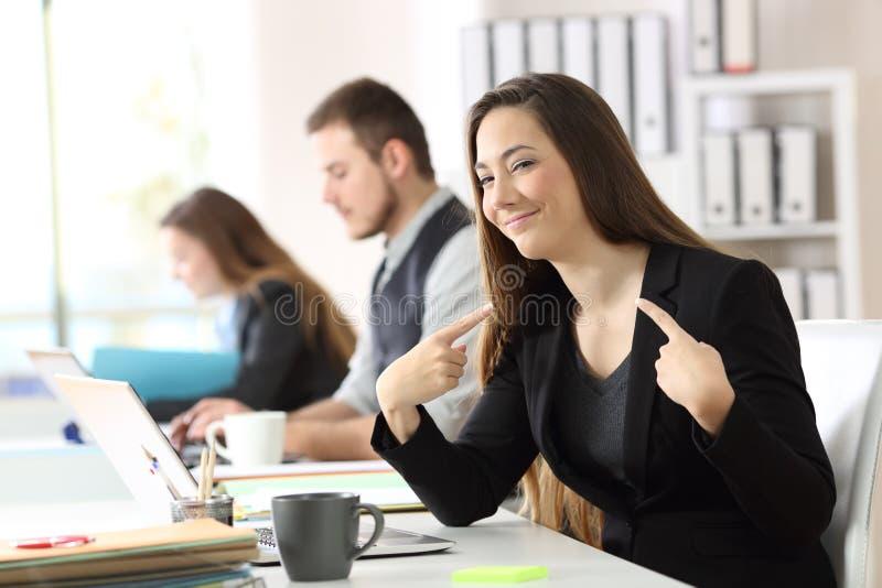 Femme d'affaires fière se dirigeant au bureau photos libres de droits