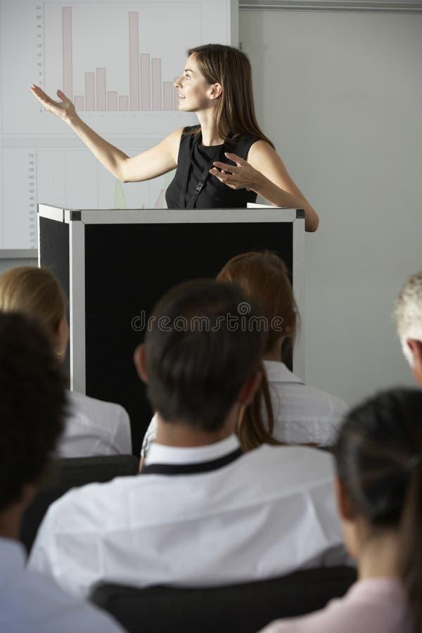 Femme d'affaires fournissant la présentation à la conférence photo stock